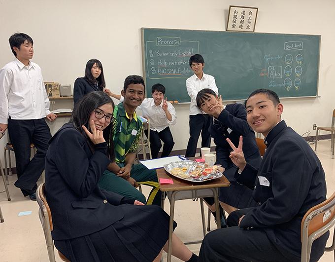 交流会を楽しんでいる様子のスリランカU19選手と佐野高校の生徒