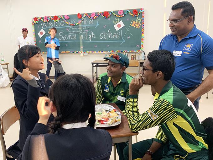 ジャスチャーゲームを楽しむスリランカU19選手と佐野高校の生徒