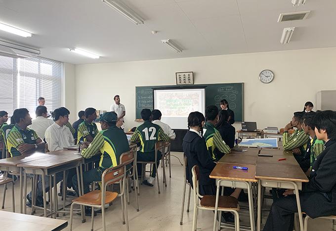 英語で書かれたスライドを使って佐野市を紹介する佐野高校の生徒