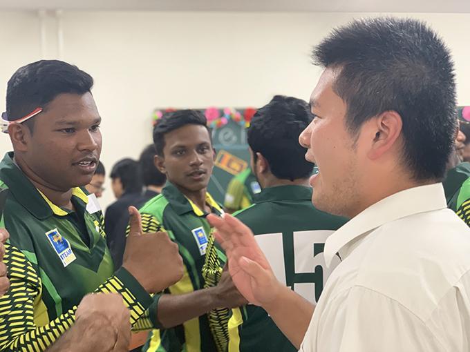 別れを惜しむスリランカU19選手と佐野高校の生徒の様子